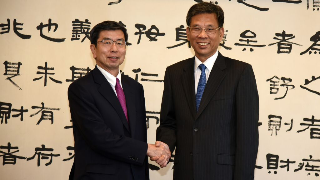 ADB President Mr. Takehiko Nakao (left) meeting with the PRC's Minister of Finance and ADB Governor Mr. Liu Kun (right).