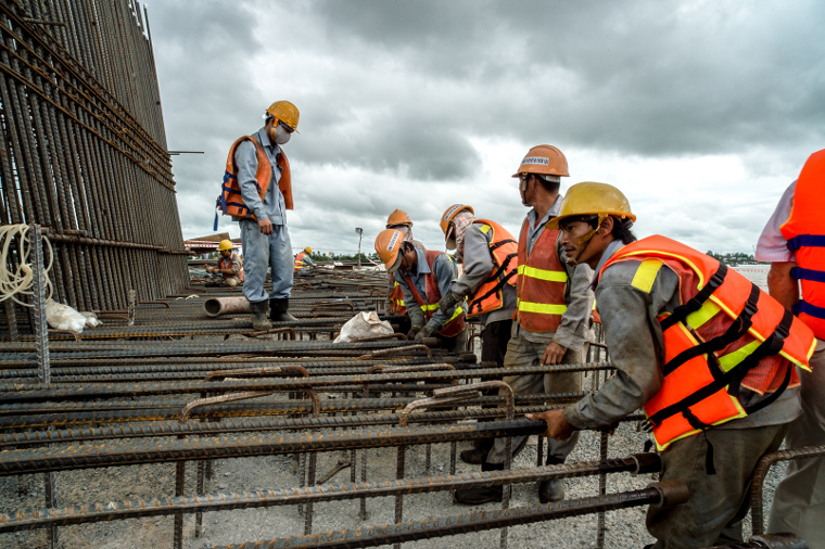 Workers build a bridge across the Mekong River. Photo: ADB.